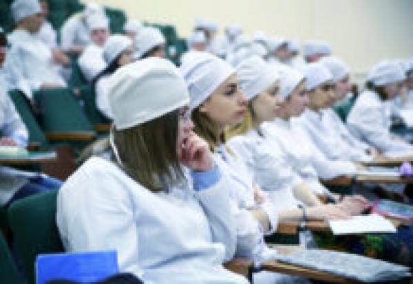 На Урале предложили запретить молодым врачам работать в частой медицине