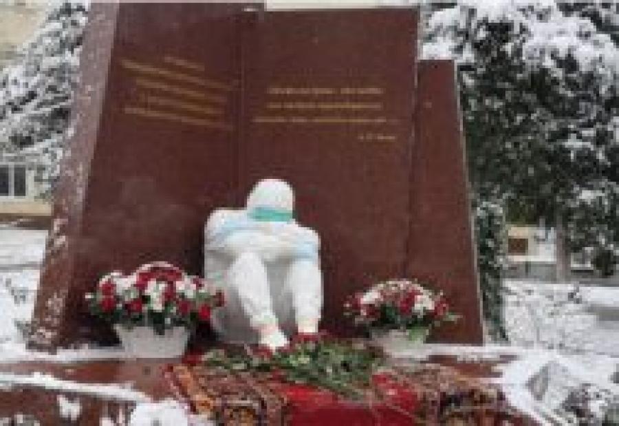 В Махачкале открыли памятник умершим от коронавируса медработникам