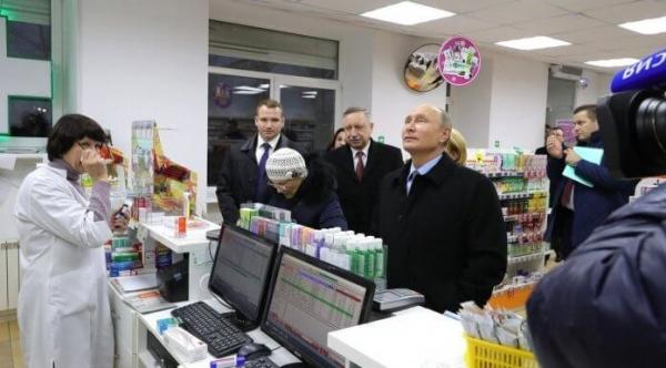 В Санкт-Петербурге Путин проверил наличие лекарств в одной из аптек